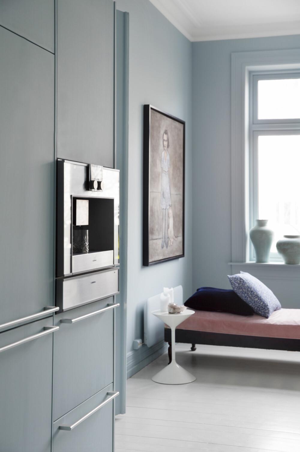 BLÅTONE: Tidligere har Tone hatt hvite vegger, men nå er vegger, lister og høyskap malt i samme blåtone. Det gir et delikat og ensfarget uttrykk