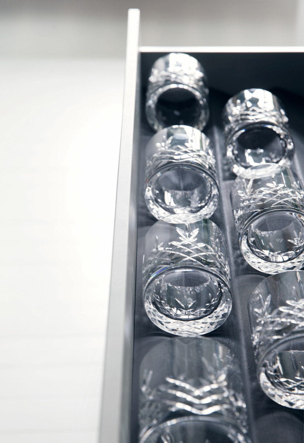 GLASSKUFF: Gamle krystallglass har fått plass i en skuff. Praktisk og annerledes.