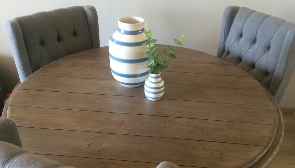 SKANDINAVISK STIL: Rustikke bord er en klassiker i den skandinaviske stilen, og befinner seg i mange norske hjem.