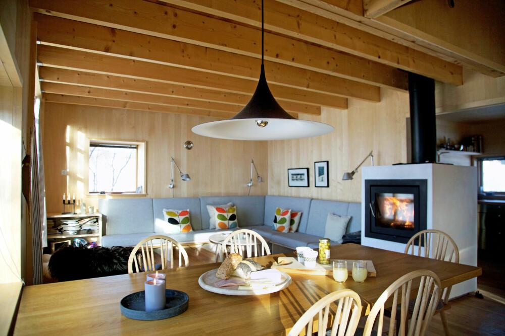 NATURLIG: De lyse veggene i osp bidrar til å skape et lyst og trivelig interiør. Det er kun få farger på sofaputene, naturen ordner resten.