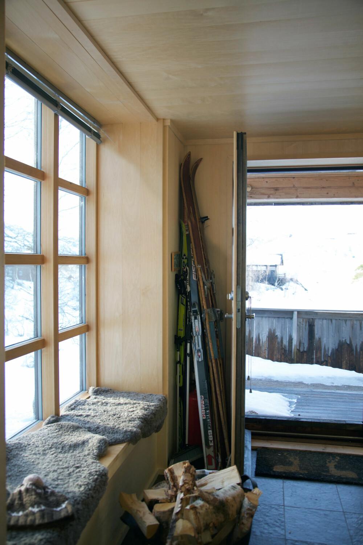 SITTE I VINDUSKARMEN: Et viktig ønske fra eierne var å få et vindu med så bred vinduskarm at de kunne sitte i den. Den fungerer fint når ungene skal få hjelp til å dra av skisko og dress, eller som en passe stor benk for en liten jente.