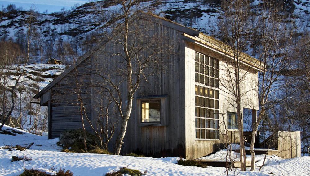 LUN KROK: Hytta ligger i en lun grop som gjør det behagelig å sitte ute lenge, når hyttenaboer gjerne må trekke innendørs.