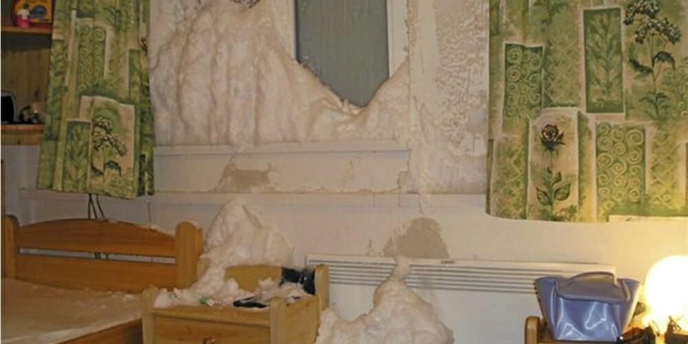 ISDANNELSE: Slik kan det gå når vinduer står på gløtt over lang tid. Ifølge Tryg Forsikring har det i dette tilfellet kommet inn snø og isdannelser har oppstått  i forbindelse med kondens og fuktighet.