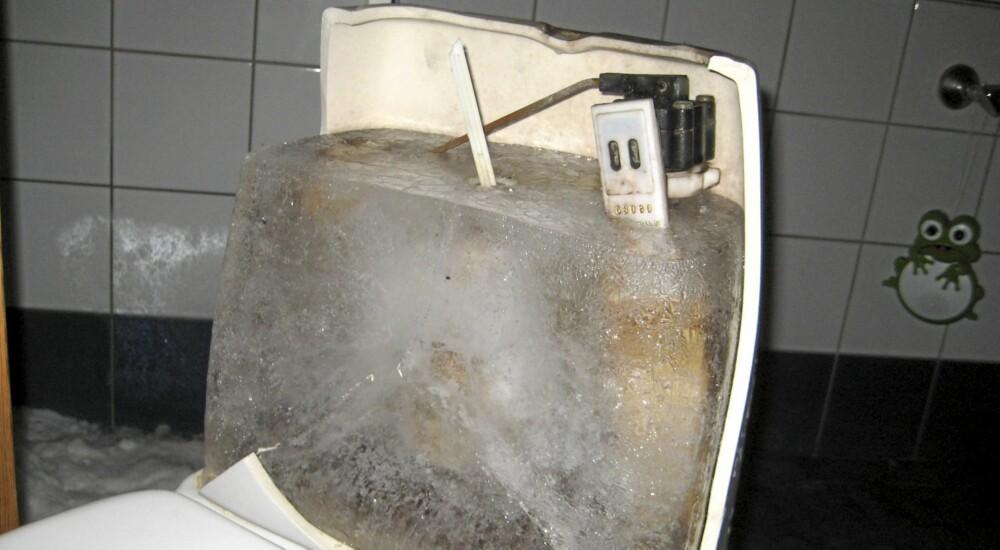 ISKLUMP: Her har toalettet blitt til en eneste stor isklump.
