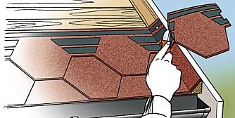 SHINGELTAK: Ved vindskien bøyes shingelen opp på trekantlekt og spikres. Spikrene skal dekkes av neste shingelplate. Deretter skjæres shingelen langs vindskien.
