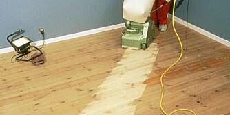 Slipe på skrå: Et ujevnt gulv må slipes på skrå, 15-20 grader på tvers av lengderetningen.