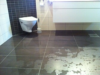 GLATT OG FUKT: Feil fall på våtrom som er forskriftsstridig. Konsekvens er unødvendig fuktbelastning, dernest at vann kan renne ut gjennom døråpning før det når sluket. I tillegg gjør det gulvet farlig glatt.