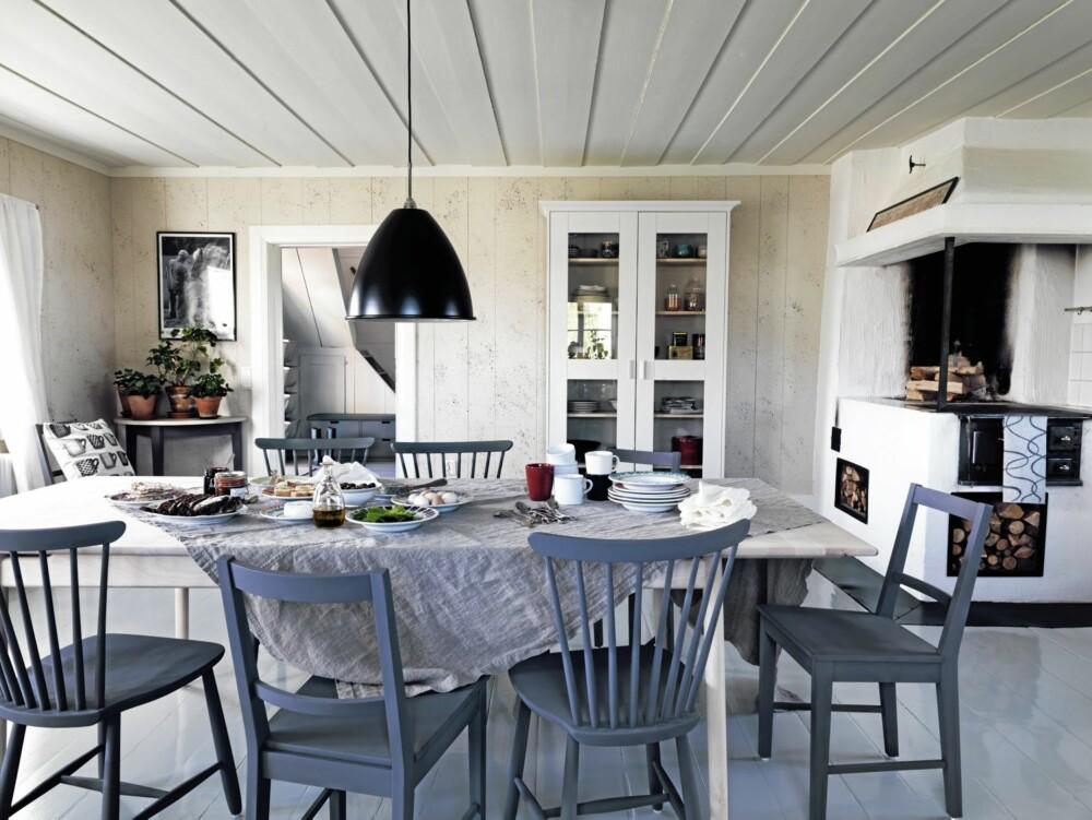 SVANEMERKET TIL BORDS: Langbordet fra Norrgavel fås med én eller to ileggsplater som er skjult under bordplaten, kr 10 900 - kr 19 600.