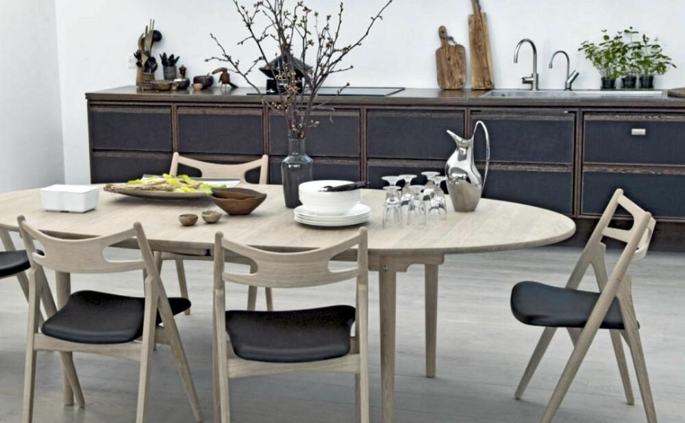 DANSK 50-ÅRING: Det ovale bordet CH 339 fra Carl Hansen ble designet i 1962, og er like aktuelt i dag, fra kr 31 145, roberttandberg.com.