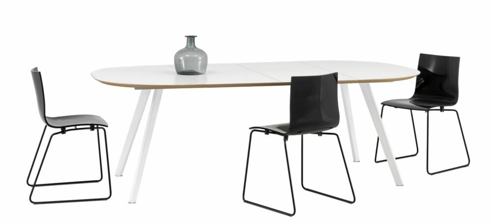 RUNDE HJØRNER: Laminatbordet fra BoConcept blir 220 cm i lengden med begge ileggsplatene i bruk, kr 8990.