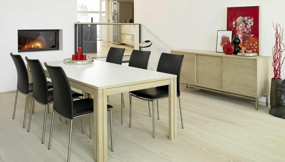 UTTREKKBART: Bordet SM24 fra Skovby har plass til åtte personer i utgangspunktet, men kan trekkes ut slik at 20 mennesker får plass (lengde: 200 - 512 cm). Se bordet i full størrelse i saken under. Føres bl.a. av Krosby Møbler. Fra kr 16.500.