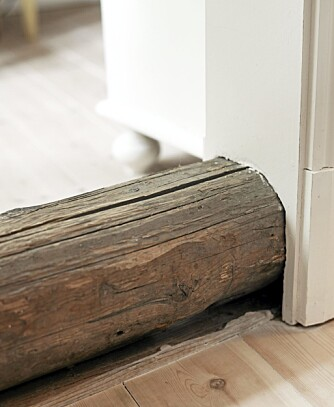 HØY TERSKEL: Huset er gjennomsyret av grove detaljer. Gjestene må se seg godt for.