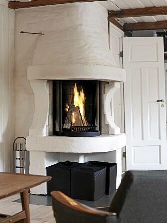 ILD I SENTRUM: Den nyoppførte peisen vender både mot stue og kjøkken og forsyner allrommet med lys og varme.