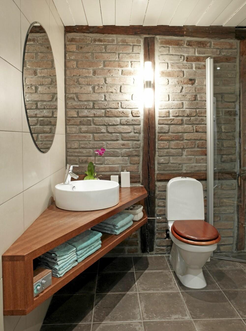 SKJEVE VINKLER: Beboeren har designet baderomsinnredningen selv pga rommets skjeve vinkler.