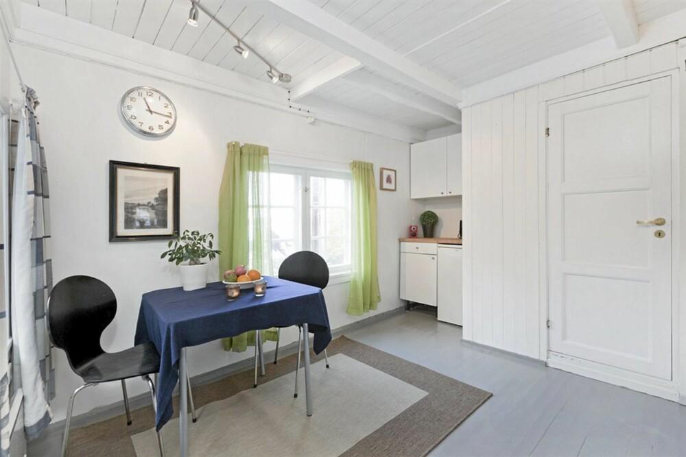 KJØKKEN: På kjøkkenet har man fått plass til et bord. Gulv og vegger er nymalt.
