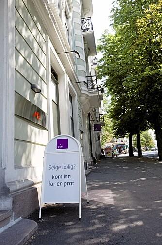 BOLIGSALG: Forbrukerrådet mener et boligsalg gjerne kan gjøres uten megler, men man bør være særlig nøye med å opplyse om alt man vet om.