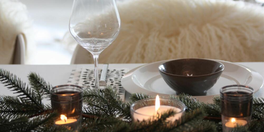 STEMNING: Med saueskinn på stolene og masse tente lys på bordet skaper Linda den rette festfølelsen.