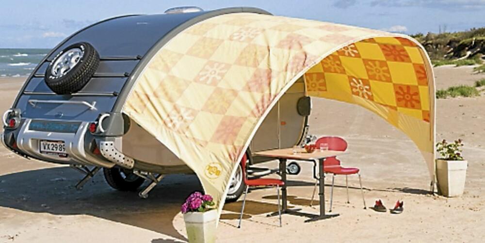 CAMPING MED SOLSEIL: Så enkelt kan ferien fikses; en liten campingvogn og et solseil.