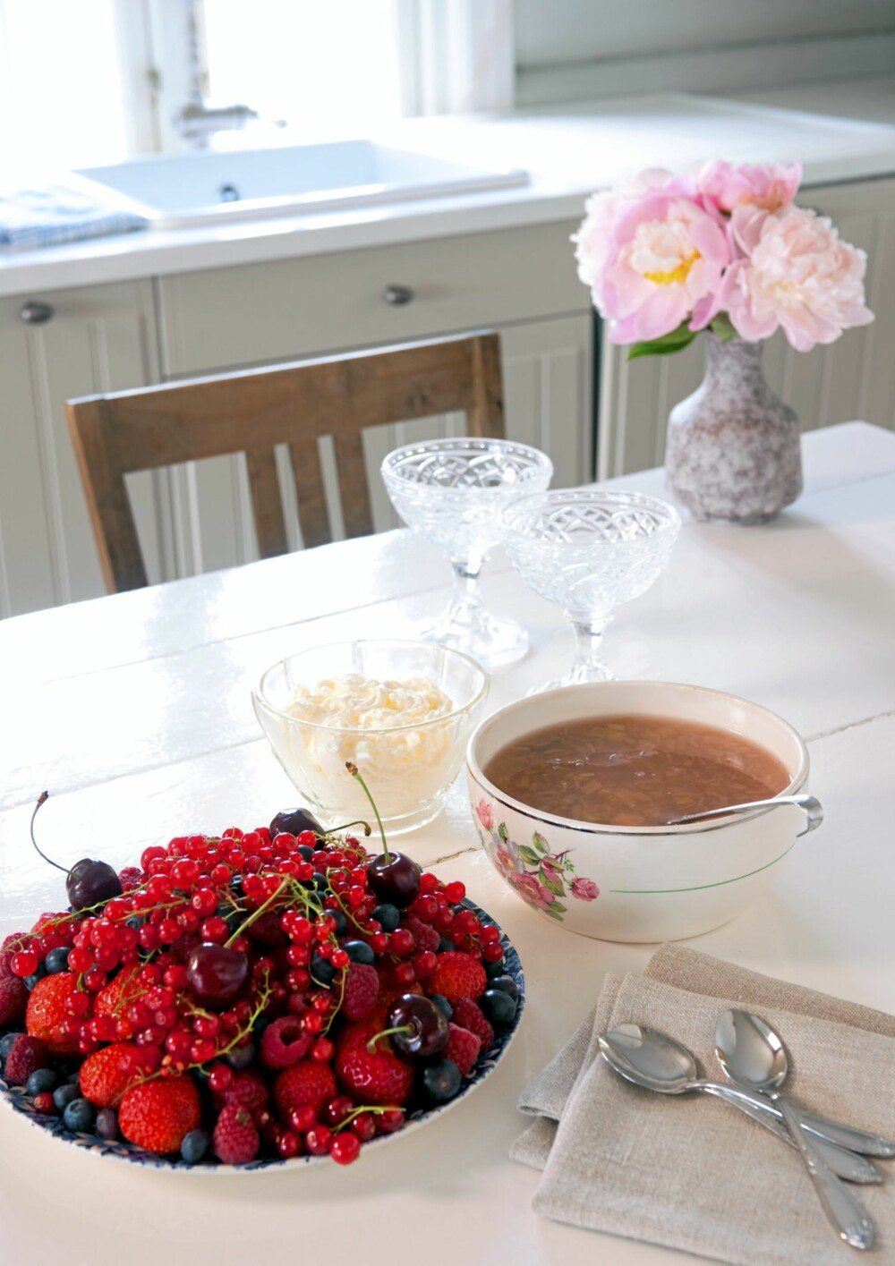 LITT SØTT TIL SLUTT: Med rabarbrasuppe og skogsbær blir menyen på kjøkkenbordet komplett.