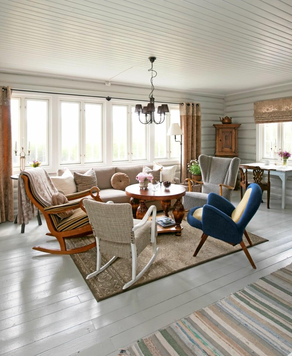 FIIN, GAMMEL: Stuen er møblert i en freidig blanding av lenestoler, alle av gammel av årgang.