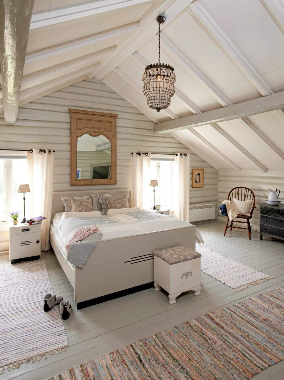 LUFTIG FORANDRING: Med hvite og lysegrå vegger og tak ble atmosfæren i loftsrommet lys og lett. Seng og kommoder i dette hovedsoverommet ble også malt hvite.