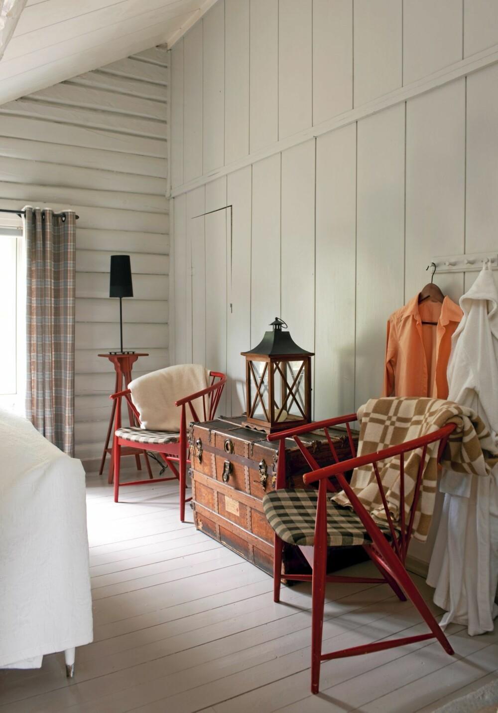 FARGEKLATTER: Seberg malte de gamle, elegante pinnestolene ved sengen i hovedsoverommet i annen etasje i en rød aksentfarge. Den er en fin kontrast til alt det hvite ellers i rommet.