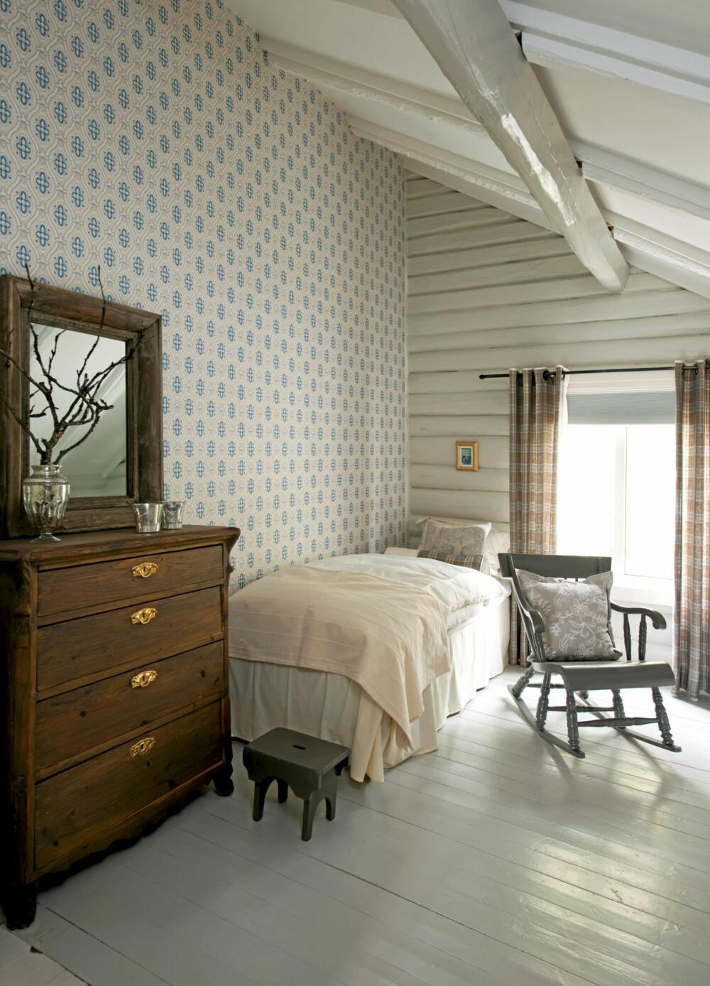NYTT I PIKEROMMET: Med et nytt Borås-tapet i gammel stil og  ruteromantiske gardiner fra Green Apple fikk værelset en tidløs, ekte sjarm.