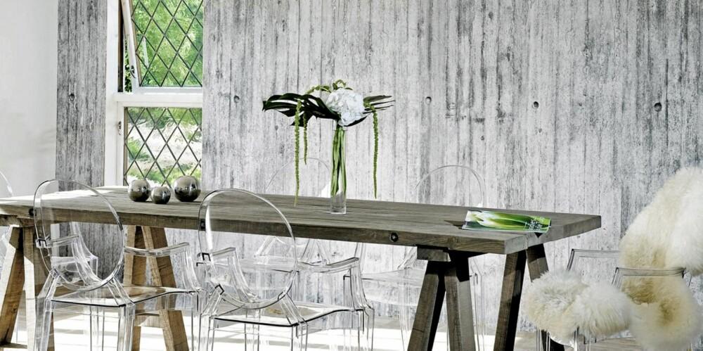 BETONGKJØKKEN MED PELS: Et kjøkken skifter ham med betong på veggen. Det er lurt å varme interiøret med skinnfell eller treverk, slik at det ikke blir for kaldt.  Pris pr kvm fra Concretewall.no er 1098 kr.