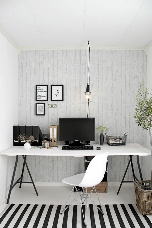 BETONGTAPET: Den populære bloggeren Nina Holst med bloggen Stylizimo har tapetsert arbeidsrommet med betongtapet «Rustica Light gray» fra Storeys. Den koster fra 399 kr rullen.