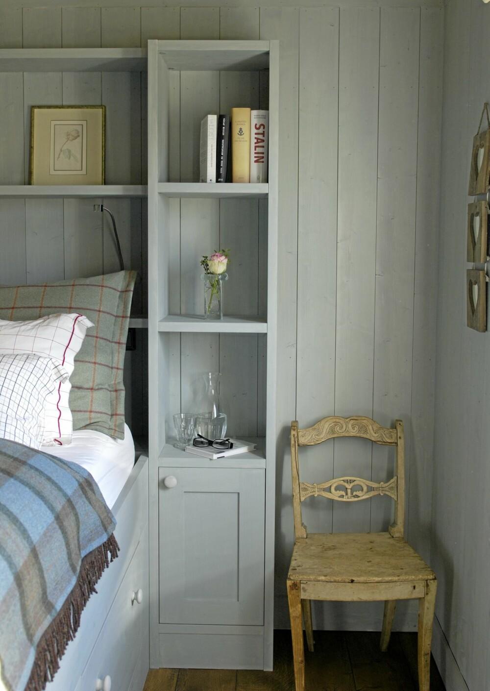 OMSLUTTET. Hyllene er bygget rundt sengen, og nattbordhyllen er plassert i hodehøyde. Skapet under er praktisk til oppbevaring.  Fargen er spesialblandet av interiørdesigner Helene Mustad.
