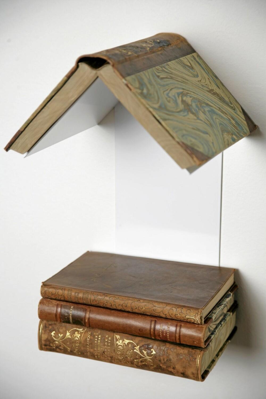 LESELYST. Bokhyllen Readers Nest fra David Design er både hylle og nattbord. Legg boken du leser på toppen, de tre som ligger på vent fungerer som bord for vannglass og vekkerklokke. I lakkert metall.