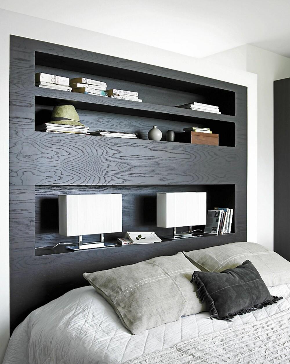 HELSMART HALVVEGG. Den frittstående veggen bak sengen fungerer både som sengegavl og plass for lamper, bøker og andre typiske nattbordting. En sober, hotellaktig løsning fra interiørarkitekt MNIL Cathrine Vonholm.