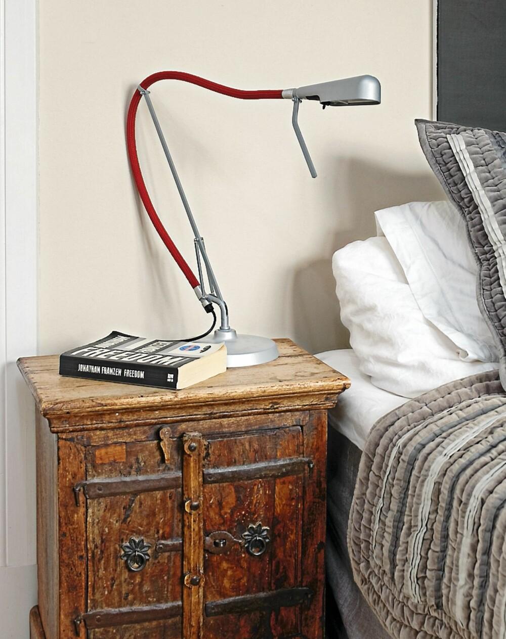 HISTORISK MØTE. Nattbordet er gammelt og kjøpt i utlandet for mange år siden. Lampen Arketto fra Luxo er en spennende kontrast. Bord med skap gir også mer plass til oppbevaring.
