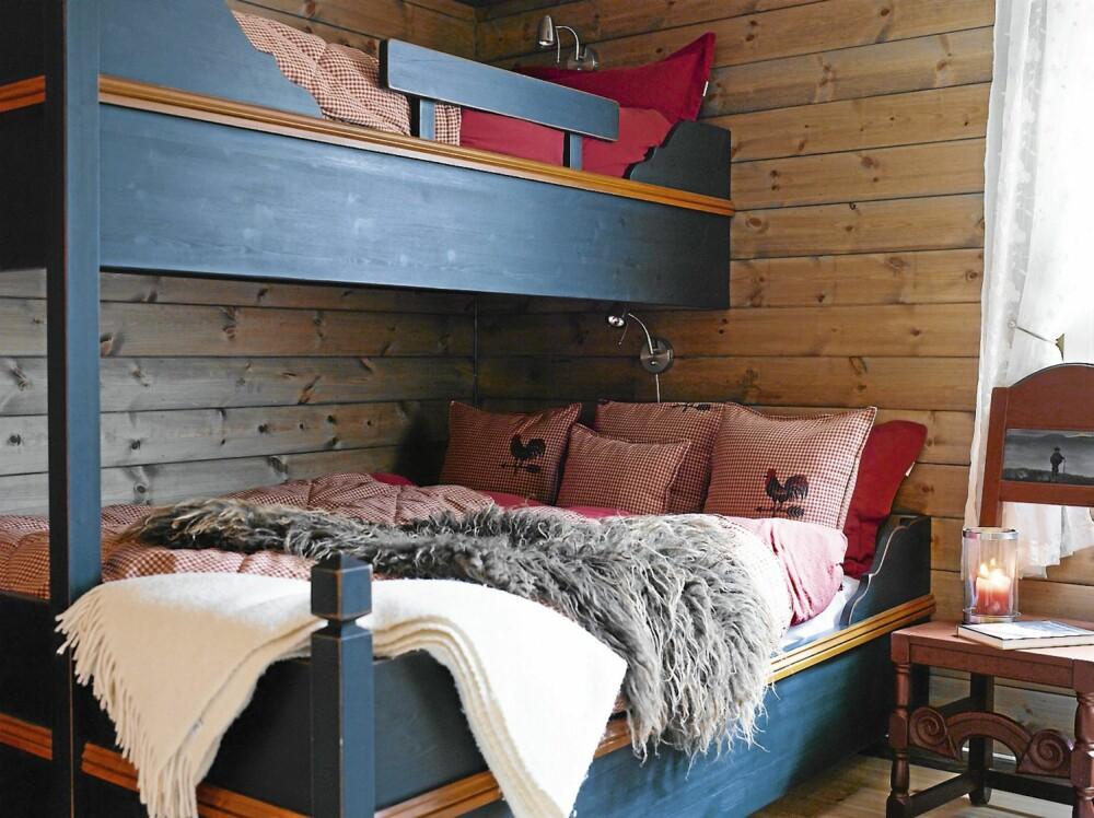 GJENBRUK: Den gamle familiekøyen har fått et nytt liv på det nye rommet.. De lune veggene er behandlet med fargen Skumring fra Tyrilin. Bjørg har sydd sengeteppe og tilhørende pynteputer. Tekstilene kommer fra Fargerike på Fagernes.