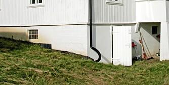 BORT MED TAKVANN: Ved å koble på et drensrør på taknedløpet, ledes regnvann bort fra grunnmuren.