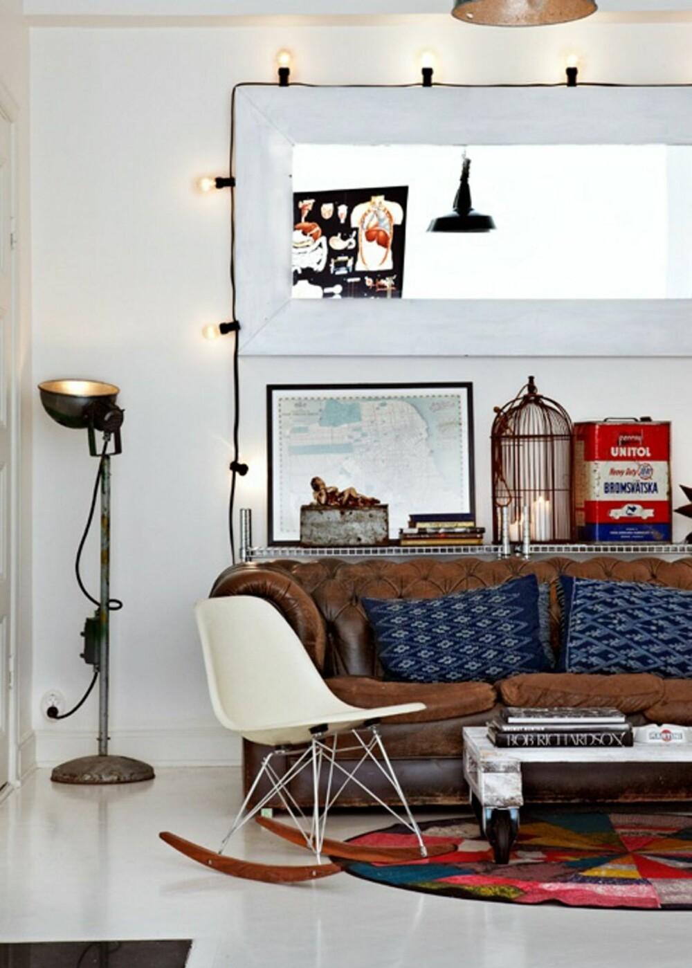 KLASSIKER: I stuen har beboerne en frodig miks av møbler og midt på gulvet står den klassiske Eames gyngestolen.