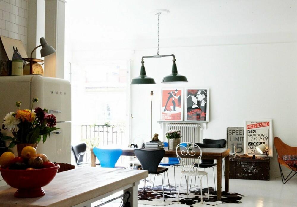 SÆREGEN STIL: Ingen av stolene rundt bordet er like. De unike møblene gir leiligheten en spennende stil.