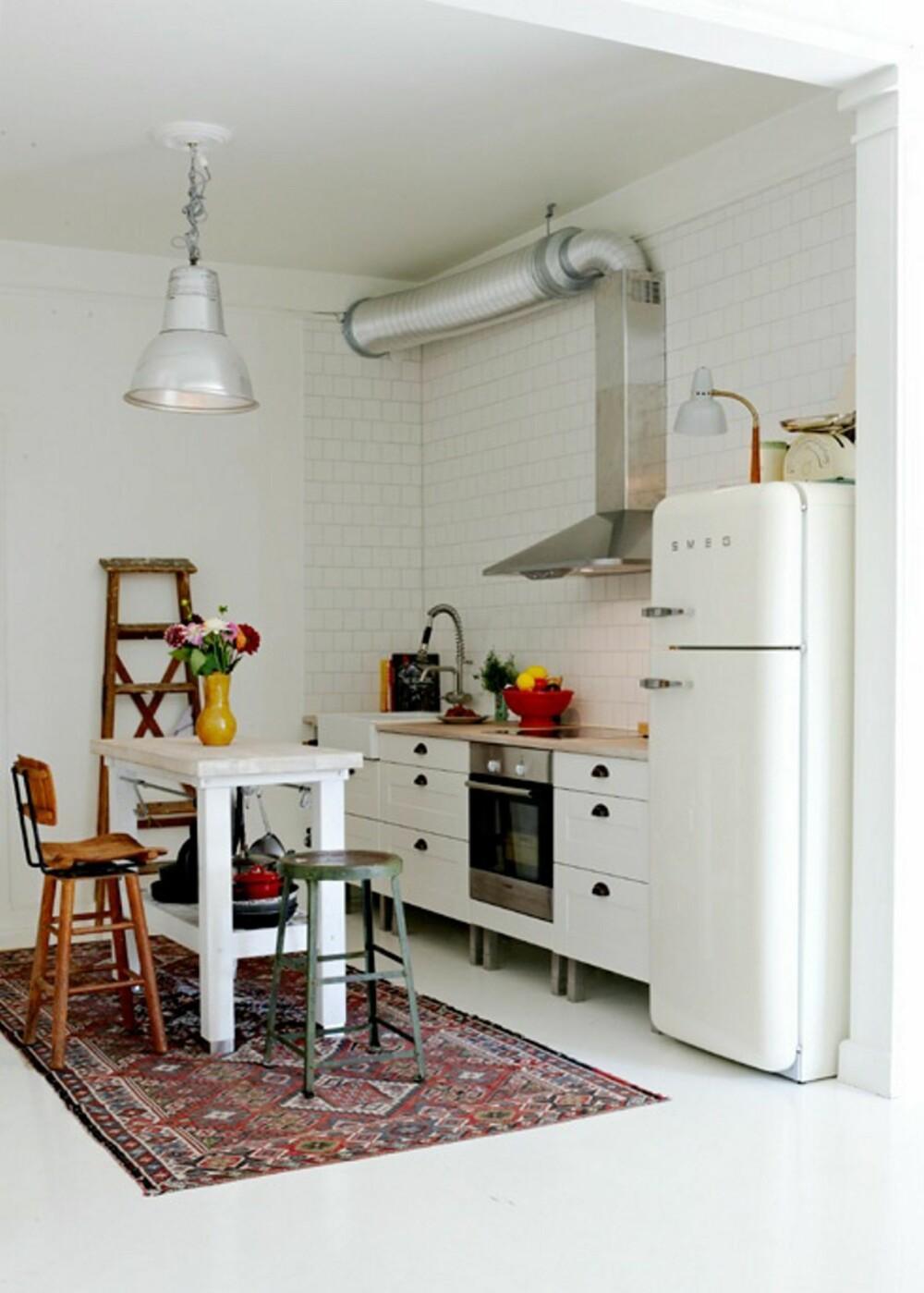MIKS: På kjøkkenet har de en åpen kjøkkenkrok med industriell lampe og ulike kjøkkenstoler.