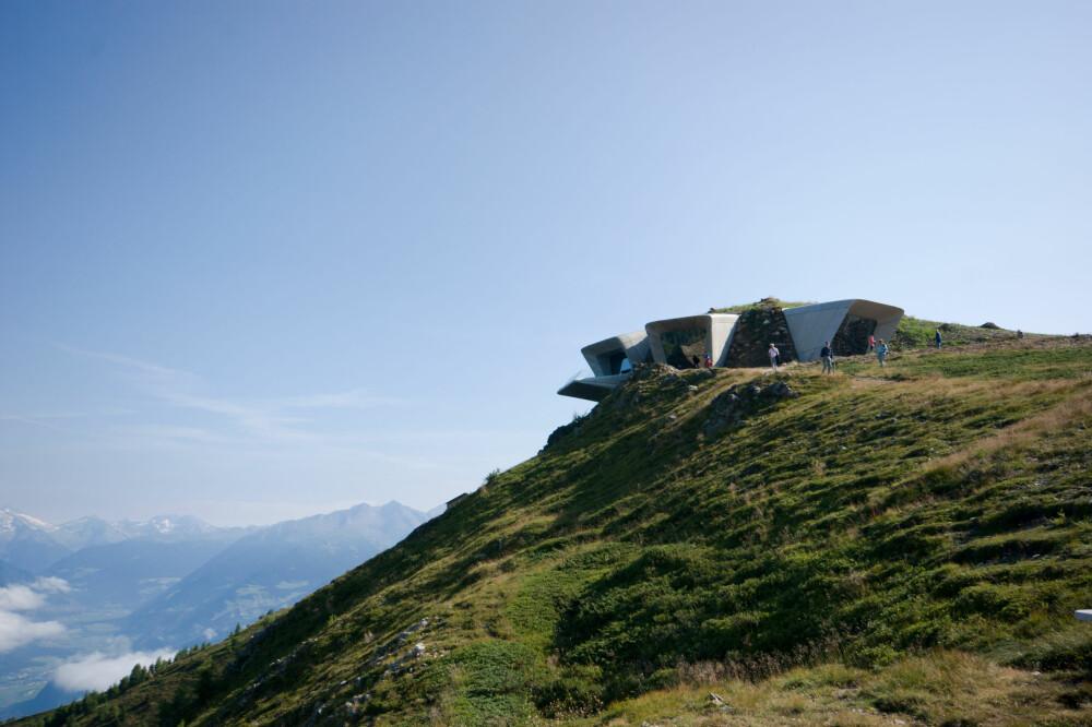 HIMMELRETNINGENE: Messner stilte blant annet krav om at publikum skulle skue omgivelsene i fra tre forskjellige steder, og mot tre angitte punkter i horisonten.