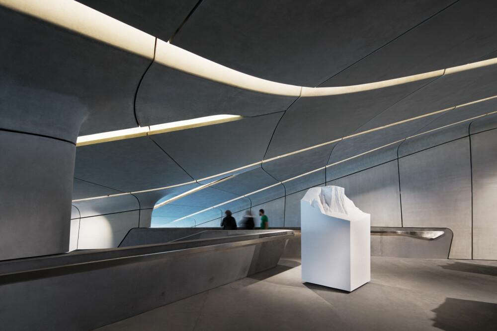 MONUMENTALT: Glass og betong preger materialbruken i museet, og med de tunge og lange linjene får interiøret et monumentalt preg som støtter opp omkring fjellets formasjoner.