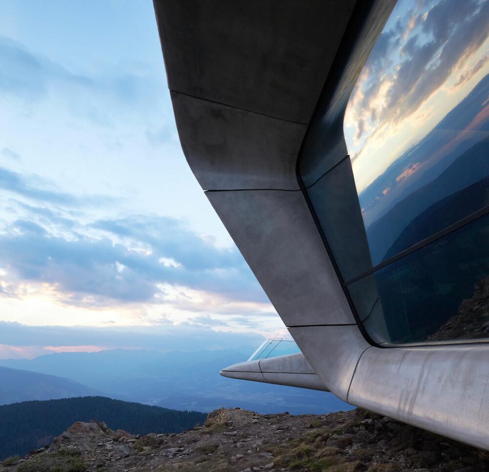 ROMSTASJON: De store vindusflatene og den futuristiske formen, får hele museet til å ligne på en romstasjon. Kragene rundt vinduene er ment å skulle beskytte mot sten- og issprang.