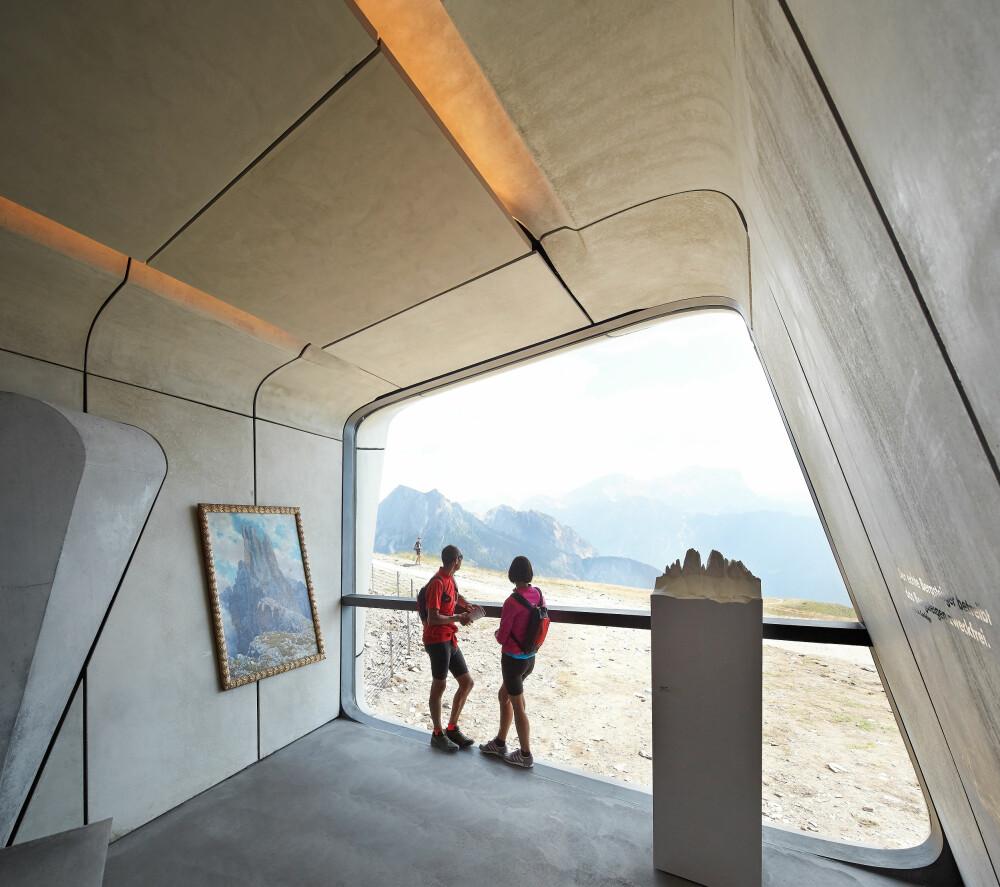 KONTAKT MED FJELLET: De store vindusflatene gir de besøkende en direkte kontakt og referanse med fjellene omkring.