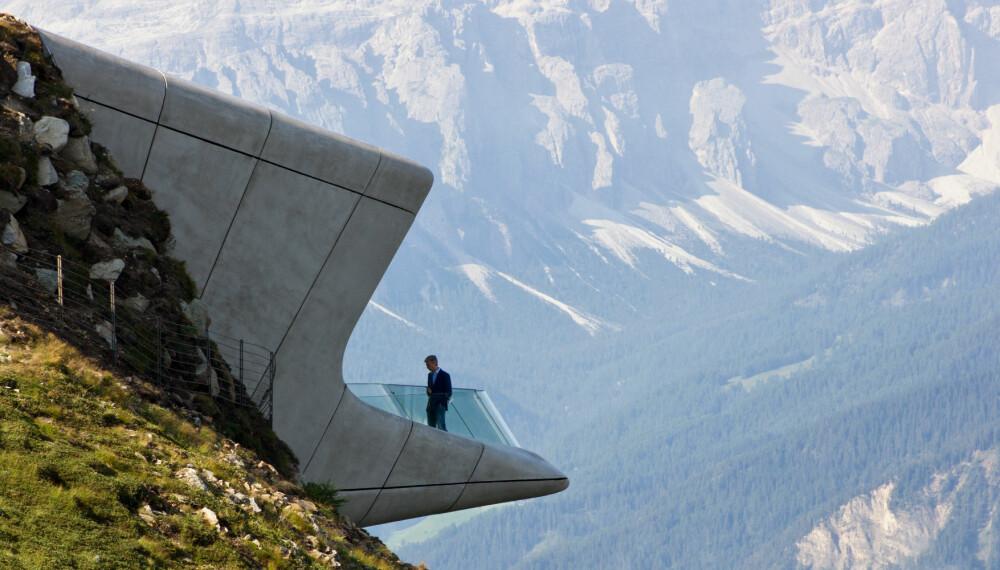PÅ KANTEN: Den avdøde arkitekten Zaha Hadid er verdenskjent for sine utrolige bygninger. Dette museet, tilegnet fjellklatringens pionerer, er like særegen i sin konstruksjon som beliggenheten er spektakulær.