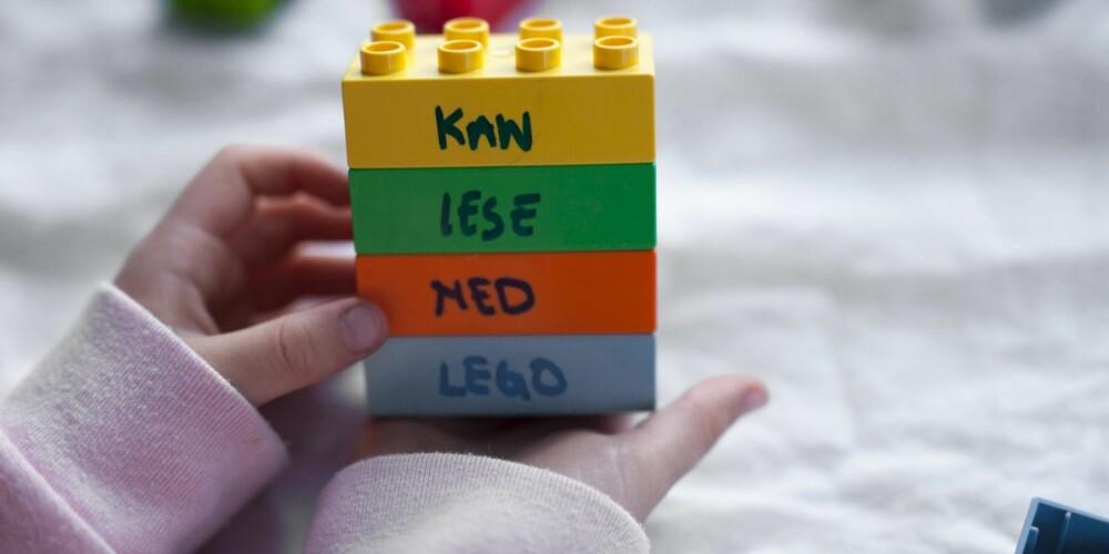 KAN SKRIVE ORD: Større barn kan lage setninger med å skrive hele ord på de store legoklossene. På denne måten lærer barna at ord bygger setninger.