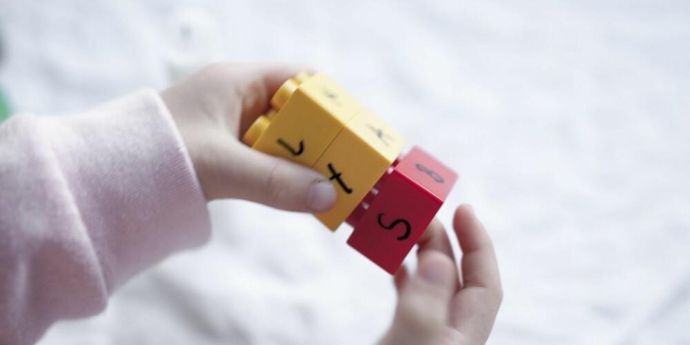 BYGGER ORD: Fortell barnet at bokstavene bygger ordene på samme måte som vi bygger med lego.