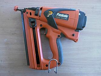 GASS OG BATTERI: Pistolen går på gass og batteri. Gassen antennes og skyver stempelet med driveren foran, som igjen skyter spiker som på en vanlig trykkluftdrevet pistol.