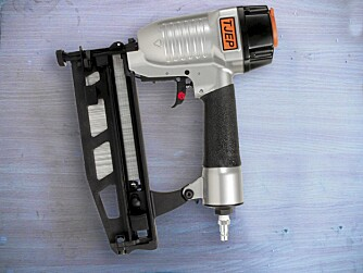 KOMPRIMERT LUFT: Disse verktøyene bruker komprimert luft for å slå inn spikeren. Luften produseres av en kompressor, transporteres til pistolen via en slange der den trykker inn et stempel, som igjen slår på spikeren.