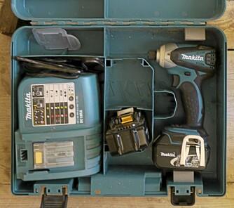 TO BATTERIER: Slagterkkeren kommer i koffert med to batterier og lader