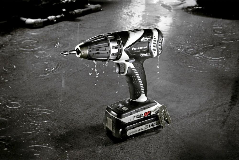 VANNTETT: Panasonic EY7441LZ2S 14,4V Drill med to 3,1Ah batterier og kofert. Pris: 3438 kroner.