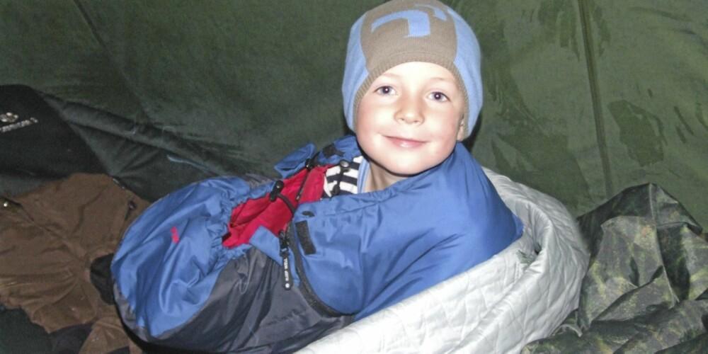 VIND- OG VANNTETT: Godt beskyttet av fjellduk, lue og ullundertøy tilbringer David nettene i friluft.